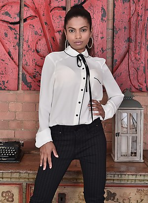 Sexy Ebony Alishaaa Mae Shows Off